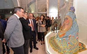 El ministro de Cultura elogia los bordados de la Semana Santa de Lorca y anuncia ayudas