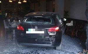 Un coche se estrella contra un local en la avenida Miguel de Cervantes de Murcia