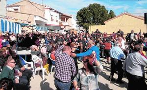 Mercado artesanal y bailes en Casas Nuevas