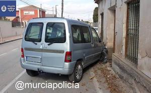 Un conductor que triplicaba la tasa de alcoholemia estrella su vehículo contra una casa de La Albatalía