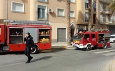 Tres vecinos y tres guardias civiles, atendidos tras el incendio de una vivienda en Cieza