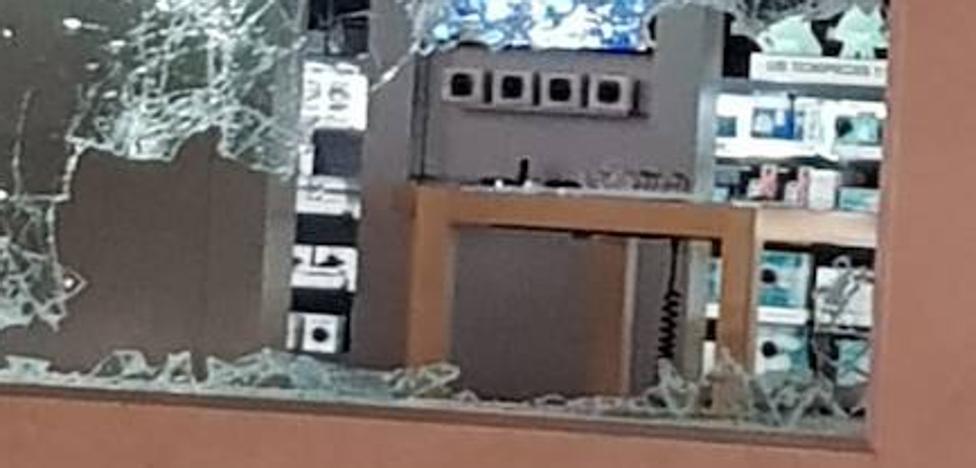 Destrozan con mazas un escaparate de El Corte Inglés de la Gran Vía para robar
