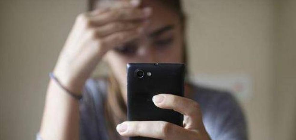 Una joven tiene 500 agujeros en la córnea por usar el móvil con el brillo de la pantalla al máximo