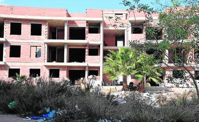 Casi 200 firmas para exigir que limpien y desalojen un edificio con okupas junto a un colegio en San Pedro del Pinatar