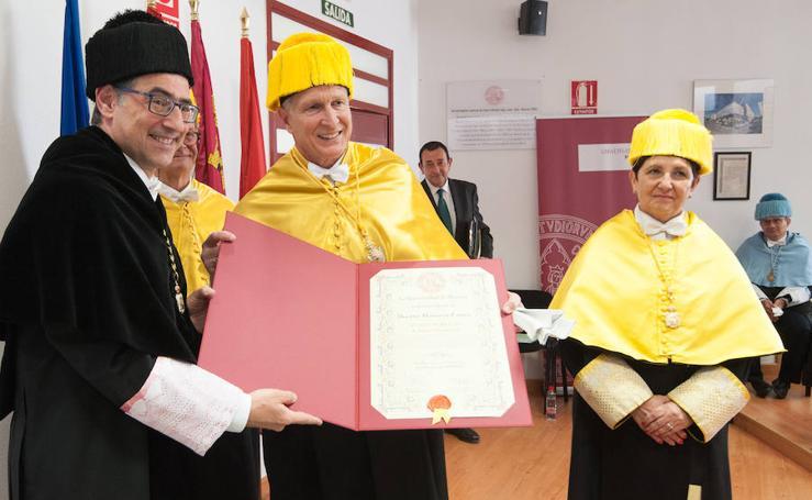 El doctor Sackstein es investido doctor 'honoris causa' rodeado de su «familia en Murcia»