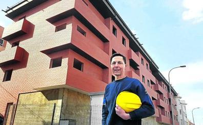 El hombre que está levantando un edificio con sus propias manos