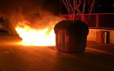 Prenden fuego a tres contenedores situados junto a un colegio de San José de la Vega