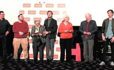 Cruz Roja homenajea a sus socios y disfruta de la proyección de una película en Thader