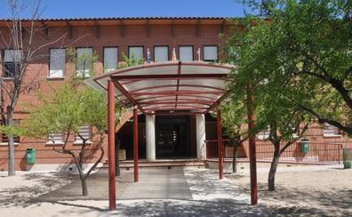 Suspendido un profesor en Toledo por bendecir las aulas y repartir ramos de flores a los alumnos