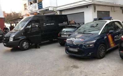 Un hombre de 70 años mata a martillazos a su compañero de piso y se entrega en Torremolinos