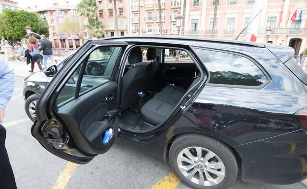 Uno de los vehículos de Cabify que operan ya en Murcia./Javier Carrión / AGM
