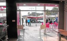 Empotran de madrugada un coche en Eroski para intentar robar un cajero