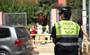 Un policía salva la vida de un bebé en el carnaval de Llano de Brujas con una RCP urgente