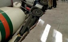 Cede el suelo y se hunde una hormigonera en el parking de un supermercado en Beniaján