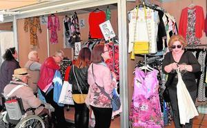 El Mercadillo de las Pulgas ofrece moda, calzado, gafas de sol y hasta uniformes