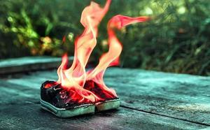 Por qué las marcas de ropa prefieren quemar sus prendas antes que venderlas