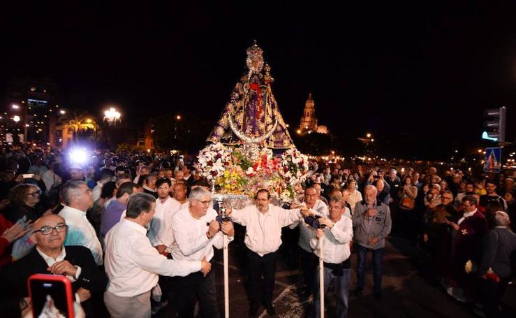 Los fieles acompañan a 'La Morenica' en su bajada a Murcia