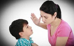 Cárcel y orden de alejamiento para una madre que dio dos bofetadas a su hijo por no querer ducharse