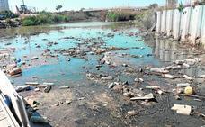 La basura flotante reaparece en el río Segura horas después de limpiarlo