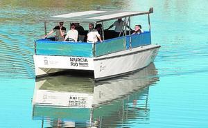 Un barco con energía solar navega por el río