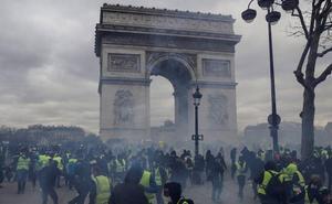 La violencia vuelve a París cuando los 'chalecos amarillos' cumplen cuatro meses