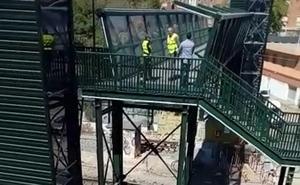 Los peatones ya cruzan por la pasarela de Santiago el Mayor