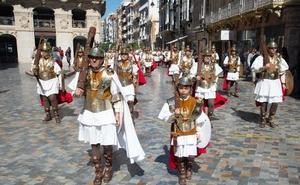 Los soldados romanos del Resucitado se exhiben por un centro de Cartagena a rebosar