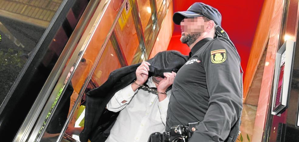 La Policía halla 100.000 euros en una caja fuerte escondida en la residencia