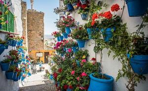 Iznájar, explosión de belleza cordobesa entre muros blancos y floridas macetas