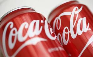 La forma correcta de tirar una lata de Coca-Cola a la basura