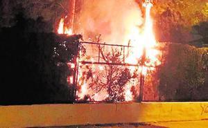 Un incendio arrasa en Jumilla una nave de productos hortofrutícolas