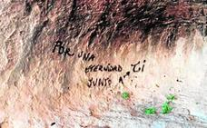 Llenan de pintadas las Cuevas de Zaén