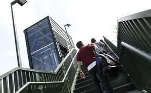 Vecinos denuncian las constantes averías de los nuevos ascensores en la pasarela del AVE