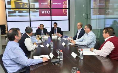 Fomento aumentará la vigilancia sobre los VTC en defensa del sector del taxi