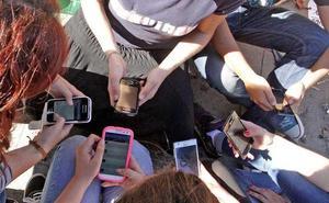 Mirar mucho el móvil te deja sin amigos