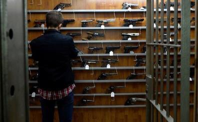 Agentes y militares jubilados colocan a Murcia a la cabeza en licencias de pistolas