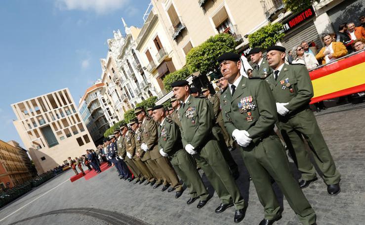 Entrega de la enseña nacional al Regimiento de Infantería 'Zaragoza' nº 5 de paracaidistas