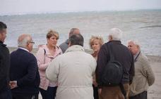 Arroyo: «Es urgente limpiar las playas antes de que el agua devuelva los residuos al Mar Menor»
