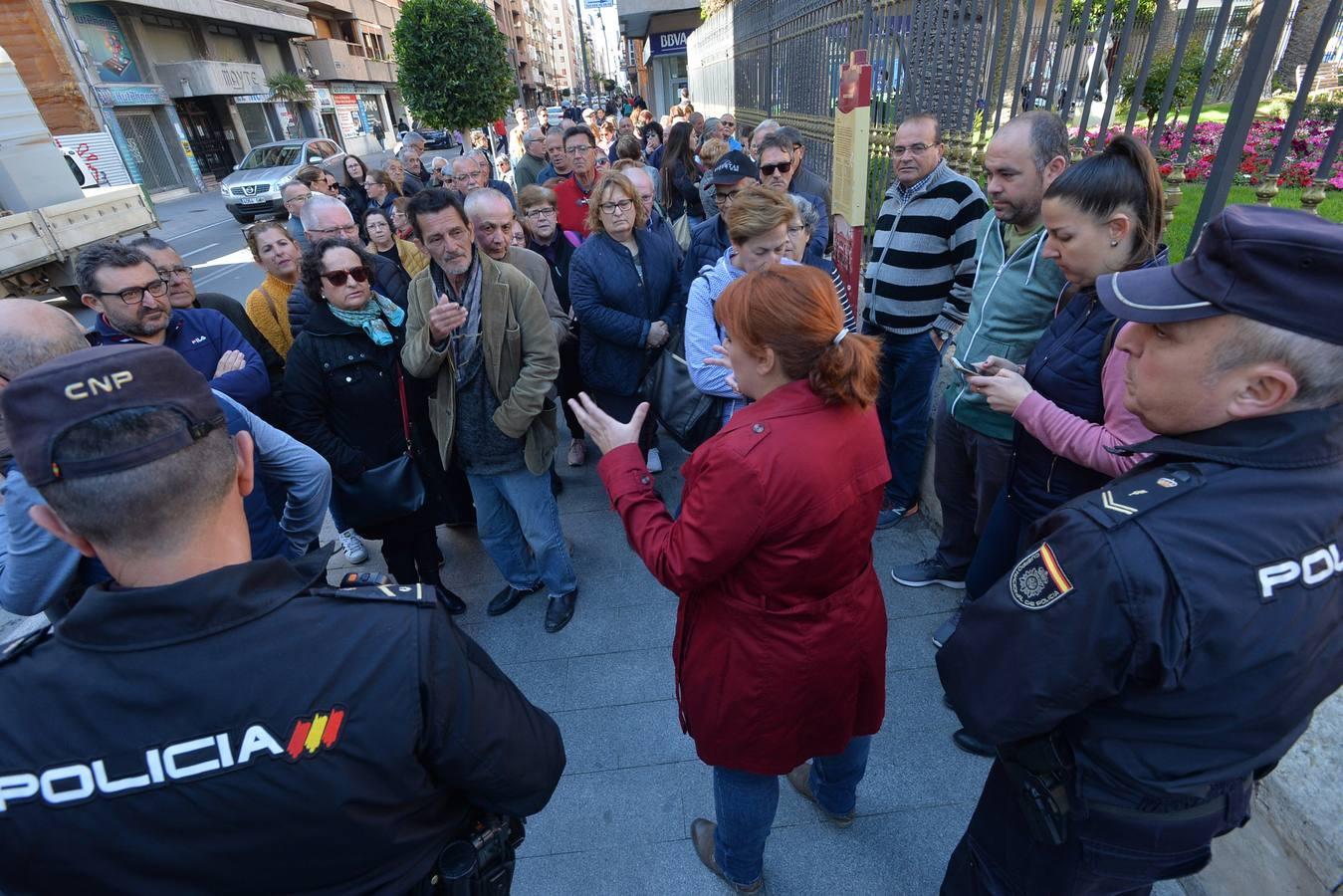 Concentración de los afectados por la devolución de las ayudas de los terremotos de Lorca