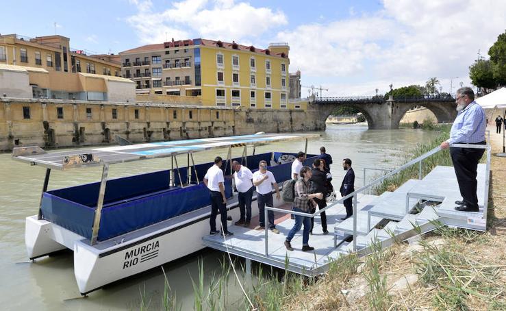 El primer crucero turístico 'Murcia Río' surca el Segura