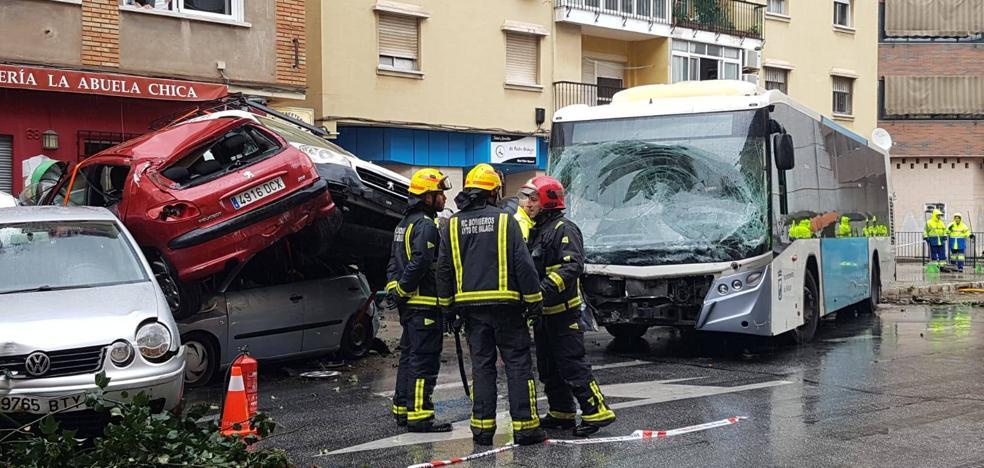Un autobús fuera de control arrolla nueve coches en Málaga al sufrir el chófer un infarto