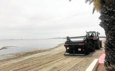 La limpieza minuciosa de las playas de Los Urrutias y Los Nietos no acaba con las algas