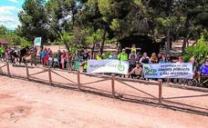 Un centenar de personas defienden las vías pecuarias