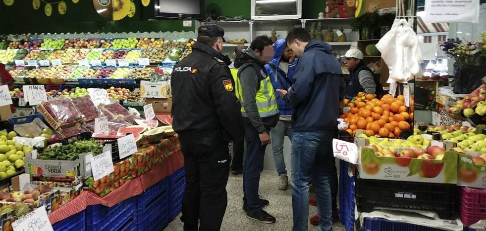 Decenas de policías toman el barrio del Carmen en una macrorredada contra la inmigración irregular