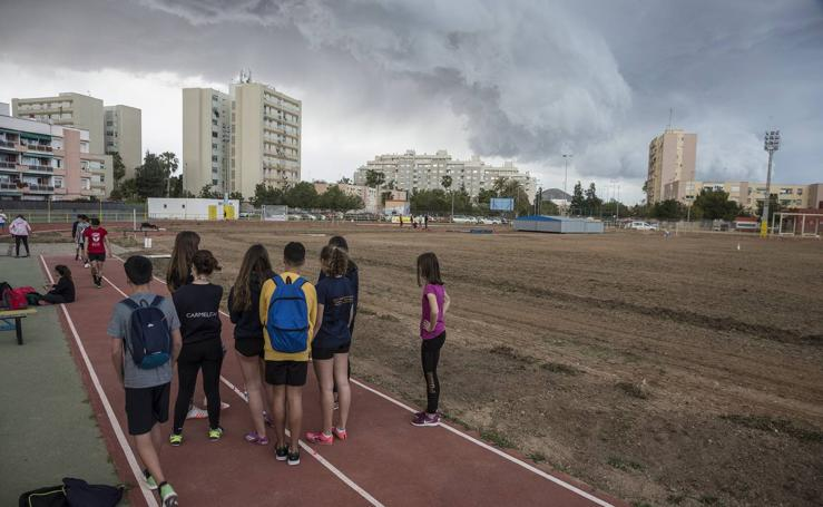 «Desidia total» en la pista de atletismo de Cartagena