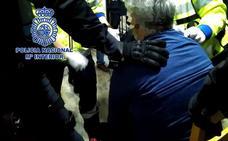 Un negociador logra calmar a un hombre atrincherado con un cuchillo en Casillas