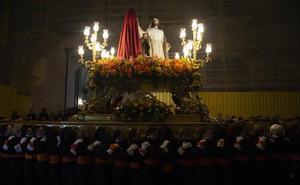 Los tronos a hombros se exhiben durante cuatro horas en la apertura california