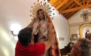 La talla de la Virgen del Dulce Nombre de Alhama se queda colgando del trono