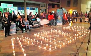 Decenas de velas para formar las siglas de Aelip