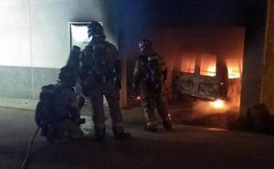 Rescatan a un anciano atrapado en el incendio de su casa en El Esparragal